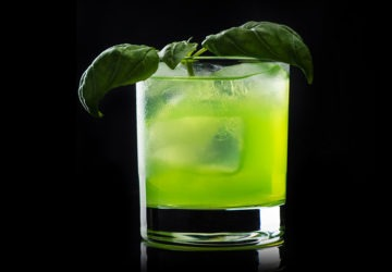 gin basil smash cocktail biologico
